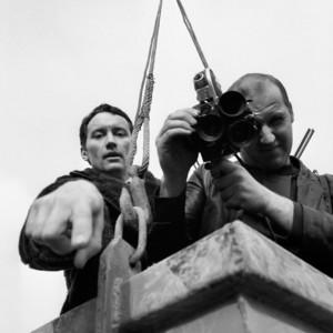 Konferenzplakat. Fotograf: Tamás Urbán, Ungarn 1971. Ein Team des ungarischen Fernsehens MTV auf der Baustelle eines Kraftwerks nahe der Donau