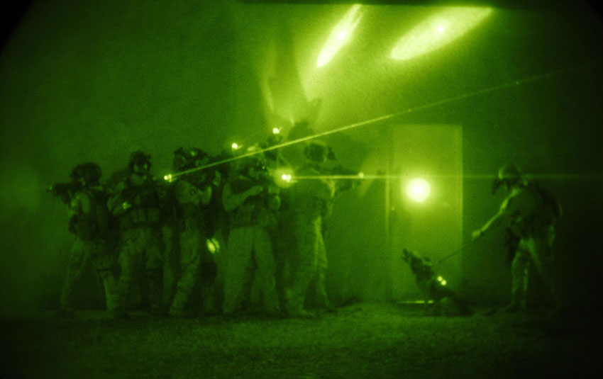 "Michael B.W. Watkins (Foto), U.S.Army, Irak-Krieg. ""U.S. forces demonstrate entry tactics used by the Iraqi counter terrorism force comprised of coalition and Iraqi forces June 26, 2007 in Baghdad, Iraq"". Quelle: Flickr https://www.flickr.com/photos/35703177@N00/850896175//U.S.Army www.army.mil Lizenz: CC BY 2.0 https://creativecommons.org/licenses/by/2.0/ U.S. forces demonstrate entry tactics used by the Iraqi counter terrorism force comprised of coalition and Iraqi forces June 26, 2007 in Baghdad, Iraq. (U.S. Navy photo by Mass Communication Specialist 1st Class Michael B.W. Watkins) www.army.mil"
