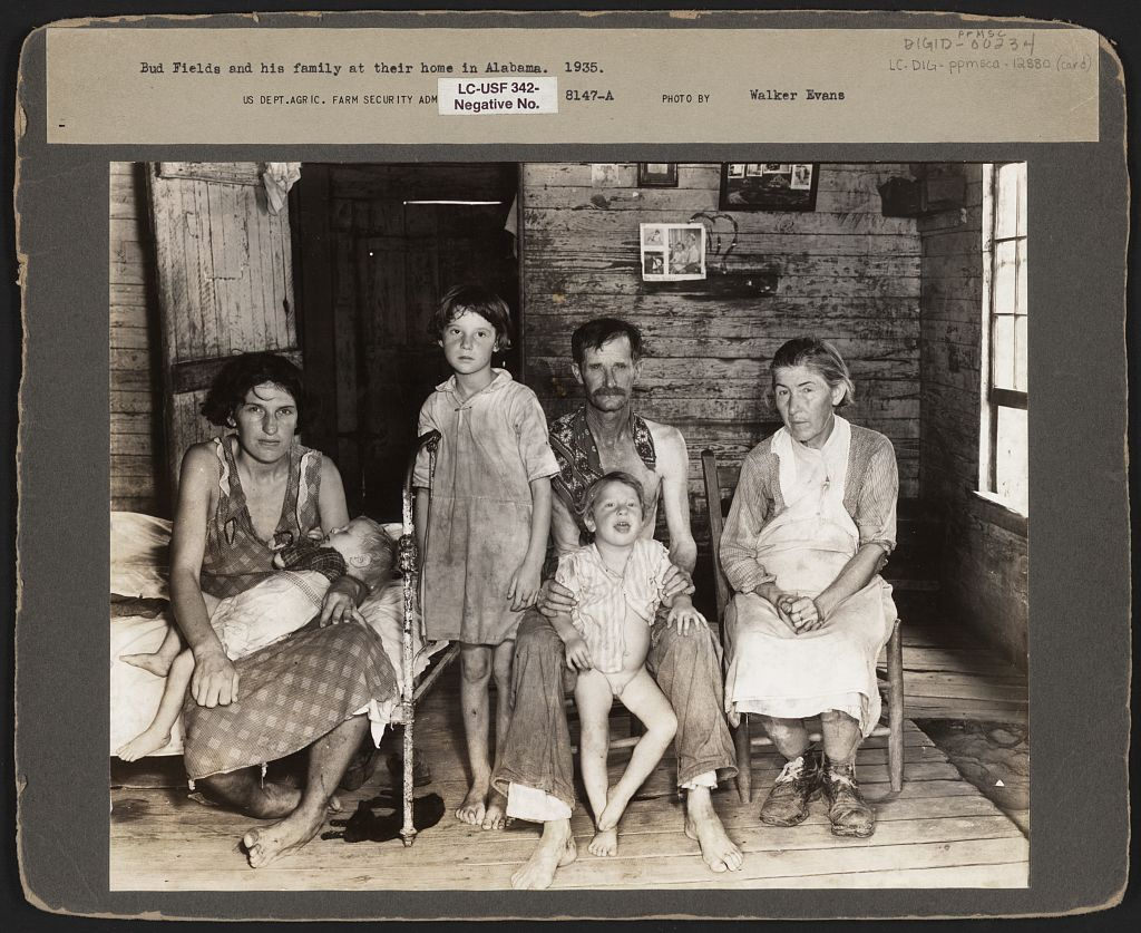 Walker Evans: Bud Fields and his family at home, 1935/36 Alabama, USA, Digital File from Print. Quelle: Farm Security Administration / Library of Congress Prints and Photographs Division Washington, D.C. 20540 USA http://www.loc.gov/item/fsa1998020957/PP/