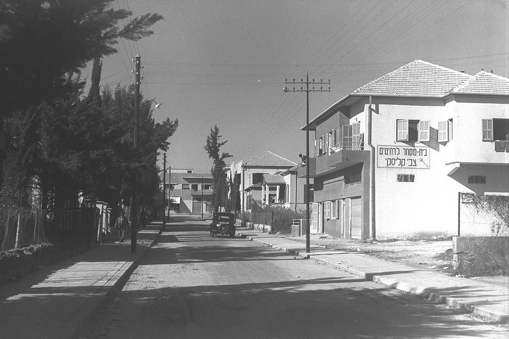 Zoltan Kluger (Foto): A street in Rishon Lezion in 1937. Israeli National Photo Archive, 01.02.1937 Quelle: https://commons.wikimedia.org/wiki/File%3ARishon_LeZion_1937.jpg Lizenz: Public domain or CC BY-SA 3.0