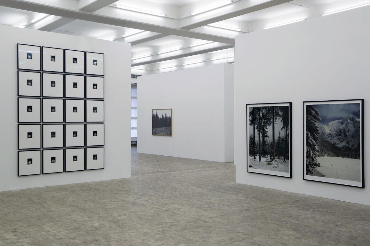"""Installation in der Stadtgalerie Kiel 2016, Vordergrund links: """"Wandlitz"""", rechts """"Obersalzberg"""", Andreas Mühe, Hintergrund: """"Wüstungen"""", Anne Heinlein. Foto: Nadja Smith ©"""