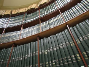 Eduardo Testart (Foto): Depósito Circular de la Biblioteca Nacional de Chile. Bücherbestand der Nationalbibliothek Chile, 20.01.2015, Quelle:  Wikimedia Commons https://commons.wikimedia.org/wiki/File:BNCL_-_Dep%C3%B3sito_Circular_(Estanter%C3%ADa_Interior)_-_Imagen_05.JPG. Lizenz: CC-BY-SA-4.0