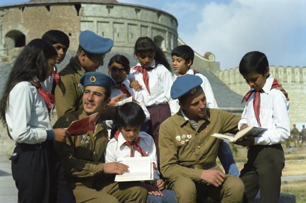 Sowjetische Soldaten und afghanische Pioniere, Afghanistan, 1. Juni 1985. Foto: Jakutin (RIA Novosti 716243) © mit freundlicher Genehmigung – Советские воины и афганские пионеры. Л. Якутин/РИА Новости