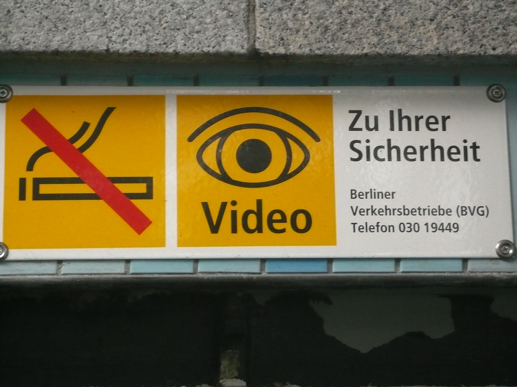Videoauge der Berliner Verkehrsbetriebe (BVG), Berlin, 9. November 2007. Foto: Cory Doctorow, Quelle: Flickr https://www.flickr.com/photos/doctorow/1933949337/in/photolist-oCZ81v-CcvqZ-7uky5M-4SdWmN-bHWsqF-7ukwKe-3WTZL6-LhEEL-7uprZJ-934JRw-7ukyDr-7upomA-7ukxBR-7ukxai-7upoUm-7ukwFH-97bSi2-7ukwie-cvuL9f-cvuKnC-cksD8, Lizenz: CC BY_SA 2.0 https://creativecommons.org/licenses/by-sa/2.0/