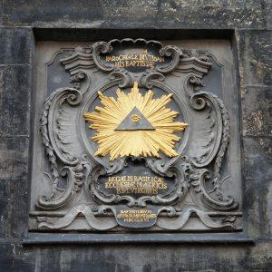 Das Auge Gottes am Eingangsgebäude zum Domhof des Aachener Doms, 3. Januar 2009. Foto: Arnoldius, Quelle: Wikimedia Commons https://commons.wikimedia.org/wiki/File:Aachen_Domhof_Eye.jpg?uselang=de CC BY-SA 3.0 https://creativecommons.org/licenses/by-sa/3.0/deed.de
