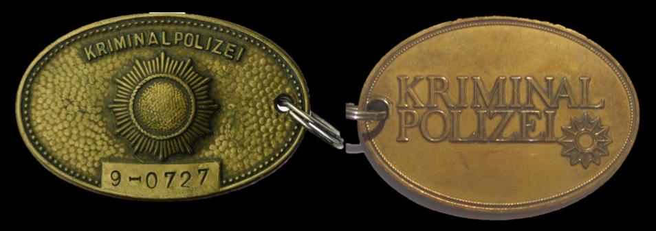 Dienstmarken der Kriminalpolizei der Deutschen Volkspolizei der DDR und der Kriminalpolizei des Landes Niedersachsen; Slg. G. Paul ©