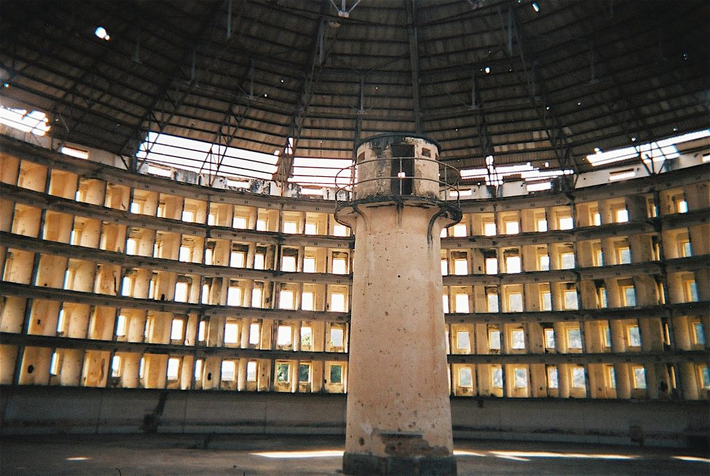 Innenansicht des Presidio Modelo, Isla de la Juventud, Cuba, 23. September 2005. Foto: Friman, Quelle: Wikimedia Commons https://commons.wikimedia.org/wiki/File:Presidio-modelo2.JPG?uselang=de CC BY-SA 3.0 https://creativecommons.org/licenses/by-sa/3.0/deed.de
