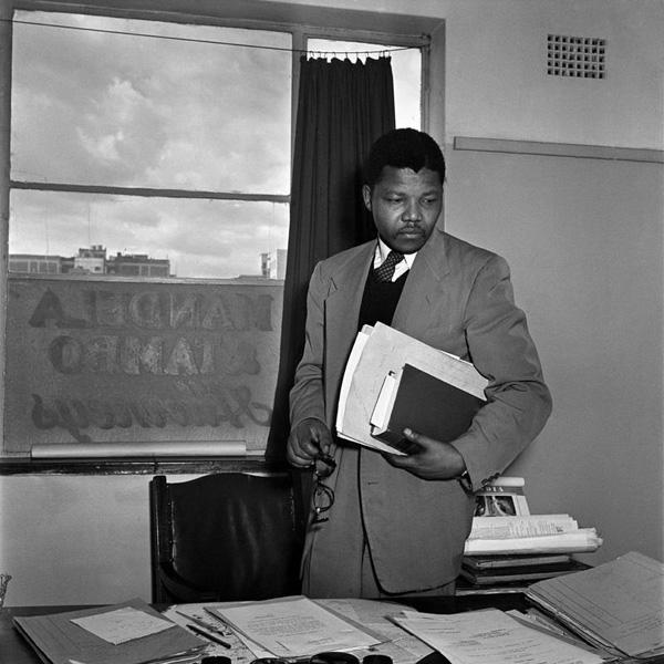 Jürgen Schadeberg: Mandela in his law office 1952 http://www.jurgenschadeberg.com/galleries/NelsonMandela_1951_2007/Nelson_01.htm © Jürgen Schadeberg mit freundlicher Genehmigung
