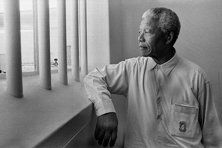 Jürgen Schadeberg: Nelson Mandela's return to his cell on Robben Island IV, 1994 http://www.jurgenschadeberg.com/galleries/NelsonMandela_1951_2007/Nelson_16.htm © Jürgen Schadeberg mit freundlicher Genehmigung