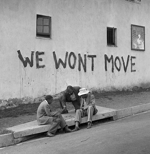 Jürgen Schadeberg: We won't move, Sophiatown http://jurgenschadeberg.com/galleries/TheBlack_WhiteFiftiesinSouthAfrica/BW50s_04.jpg © Jürgen Schadeberg mit freundlicher Genehmigung