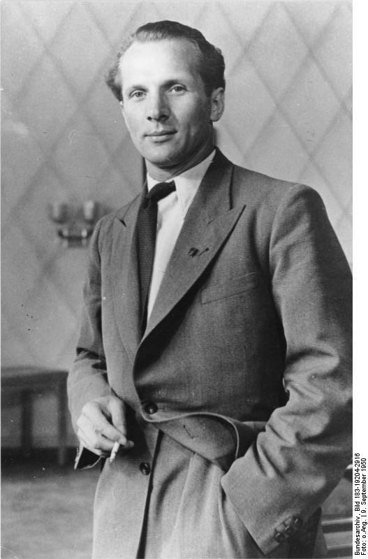 Erich Honecker. ADN-Bildarchiv, Fotograf unbekannt. Aufnahme vom 9.9.1950. Quelle: Bundesarchiv Bild 183-19204-2916 / Wikimedia Commons http://www.bild.bundesarchiv.de/archives/barchpic/search/_1473066343/?search%5Bform%5D%5BSIGNATUR%5D=Bild+183-19204-2916 https://commons.wikimedia.org/wiki/File:Bundesarchiv_Bild_183-19204-2916,_Erich_Honecker.jpg, Lizenz: CC-BY-SA 3.0 https://creativecommons.org/licenses/by-sa/3.0/de/deed.en