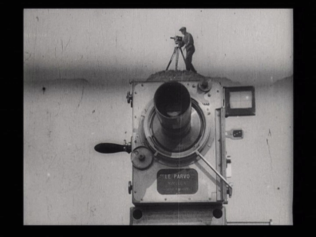 Fimstill aus: Dziga Vertov, Der Mann mit der Kamera, UdSSR 1929, Quelle: Wikimedia Commons https://commons.wikimedia.org/wiki/File:Man_with_a_Movie_Camera_by_Dziga_Vertov.jpg, gemeinfrei