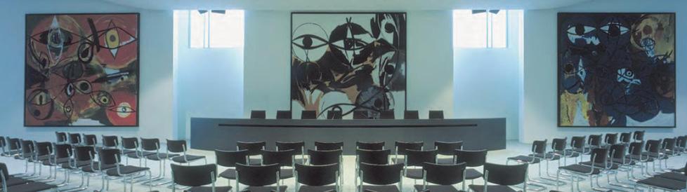 Ernst Wilhelm Nays Triptychon im Pressesaal des Kanzleramtes in Berlin, Foto: Slg. G. Paul © 2016 für die abgebildeten Werke von E. W. Nay: © Elisabeth Nay-Scheibler, Köln / VG Bild-Kunst, Bonn 2016 mit freundlicher Genehmigung
