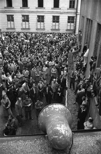 Viele Menschen versammelten sich in Budapest. Sie wollten wissen: wie geht es mit der Presse weiter? Zum Zuhören gab es einen großen Lautsprecher.