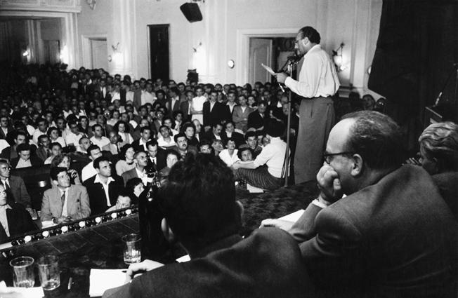 Das Bild zeigt den Kolumnisten Tibor Tardos, der ein Jahr zuvor aus der Partei der Ungarischen Werktätigen (Kommunistische Partei Ungarns) ausgeschlossen wurde und vor dem Petöfi-Kreis spricht. Budapest 1956