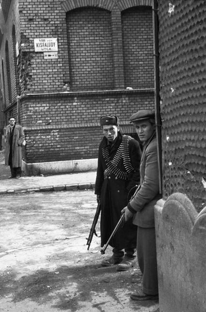Erich Lessing: Zwei Aufständische an einer Ecke der Kisfaludy-Allee im Zentrum von Budapest. Budapest 1956 © mit freundlicher Genehmigung
