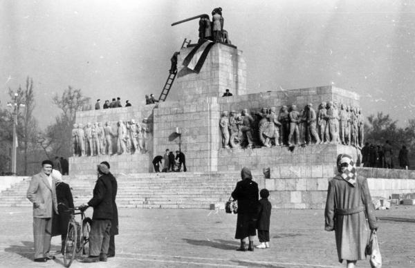 Die zurückgebliebenen Stiefel des Stalin-Denkmals nach dessen Sturz am 23. Oktober 1956.