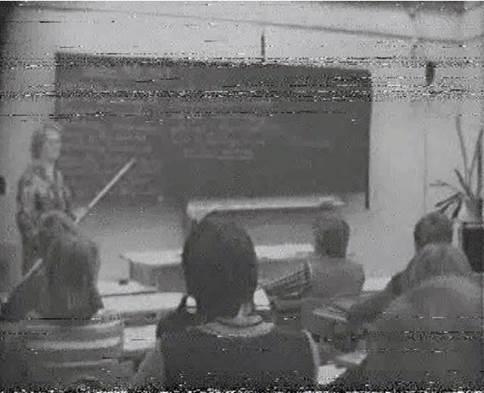Abb. 2: Aufzeichnungseinheit 1978: Standbild 00:19:16: Die DDR-Wirtschaft - einst und jetzt (v_apw_003). Aus: Datenkollektion (2010 - 2011): Schluß, Henning: Quellensicherung und Zugänglichmachung von Videoaufzeichnungen von DDR-Unterricht der APW und der PH-Potsdam, in: Audiovisuelle Aufzeichnungen von Schulunterricht in der DDR. Forschungsdatenzentrum Bildung am DIPF, Frankfurt a.M. DOI: 10.7477/4:2:5. Rechteinhaber: Senatsverwaltung für Bildung, Jugend und Wissenschaft, Abt. VI - APW-Daten)